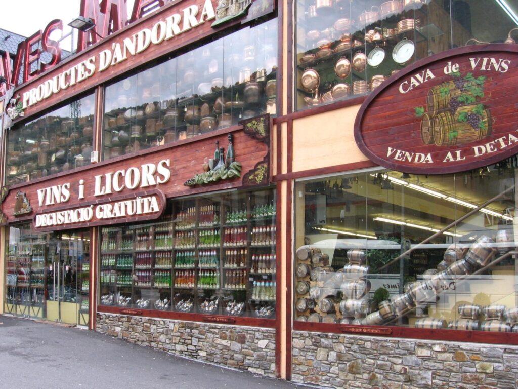 En raison du faible taux de TVA en Andorre (I.G.I.), on trouve des magasins d'alcool et de tabac dans tout le pays.